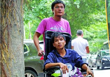 街头偶遇残障小伙 80后夫妇带他回家疗伤