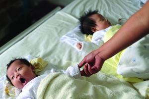 产妇身亡留下4女父亲欲送养2孩 民政局称不符条件