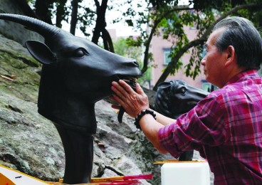 拜太岁:广州纯阳观两万人摸羊首 为历年之最