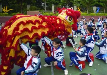 开学典礼新变化:学生玩乐 舞狮杂耍跳《小苹果》