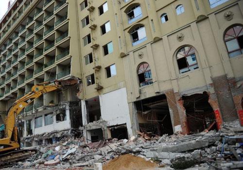 海南三亚拆除12层大型违建酒店