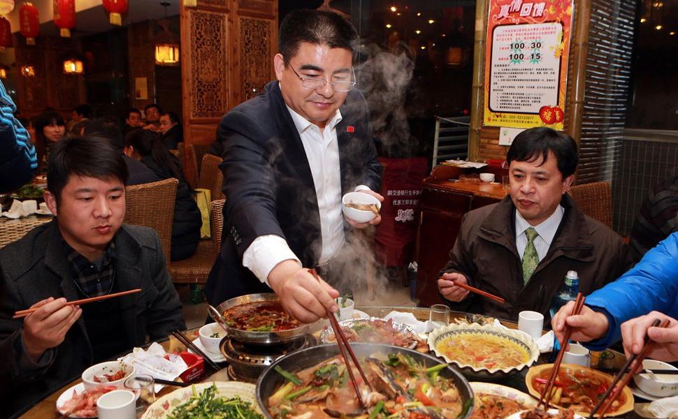 2012年3月26日,北京 一家餐厅员工参加集体活动,培养团