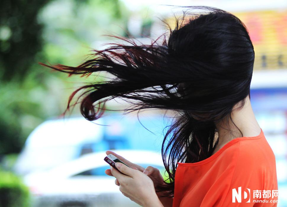 大风吹乱路人头发