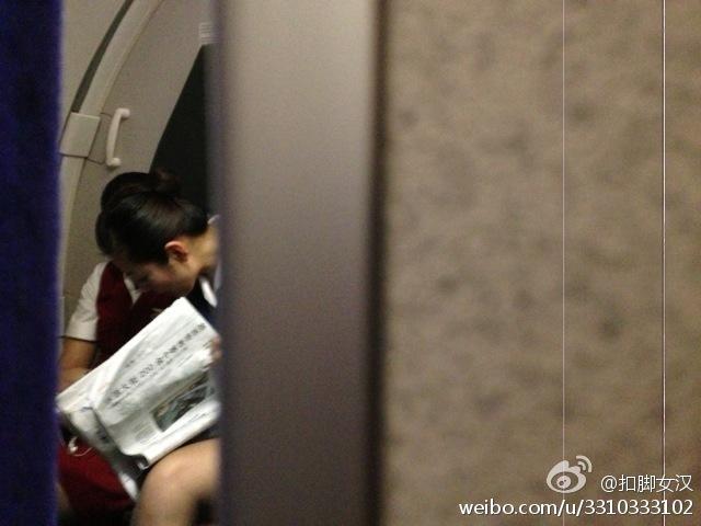 开机关机偷拍_扣脚女汉 偷拍到山航乘务员在飞行过程中玩手机.