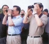 1998年在抗洪一线视察的朱镕基。