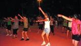 热闹广场舞 健身不扰民