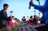 埃菲尔铁桥从巴黎远道而来 志愿者铁锤敲打玩艺术