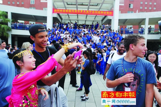 美国高中篮球队抵达江门 颜值高投篮帅引女生