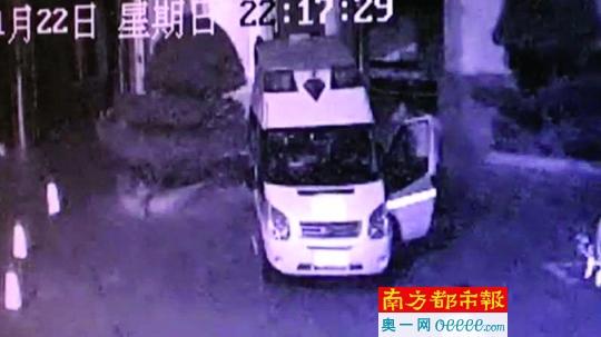 """深圳两医疗护送车司机为抢客源 上演""""全武行"""""""