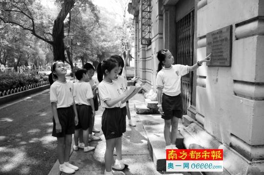 公立小学的大胆v小学:每班30人小学两个包管全上海老师华夏图片